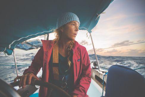"""Mehr als 20.000 Seemeilen hat die Seglerin und Surferin Liz Clark, 40, mit ihrem Boot """"Swell Voyage"""" bisher zurückgelegt. 2005 startete sie in ihrer Heimat Kalifornien, seit 2018 ist sie wieder an Land, derzeit lebt sie auf Tahiti. Ihre Segelreise, sagt sie, möchte sie irgendwann aber fortsetzen."""