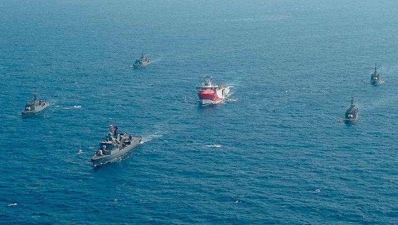 """Das türkische Forschungsschiff """"Oruc Reis"""" (Mitte) fährt in Begleitung türkischer Kriegsschiffe über das Mittelmeer"""