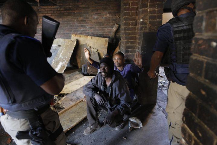 """Polizisten nehmen Verdächtige in Johannesburg fest: """"Das muss aufhören"""""""