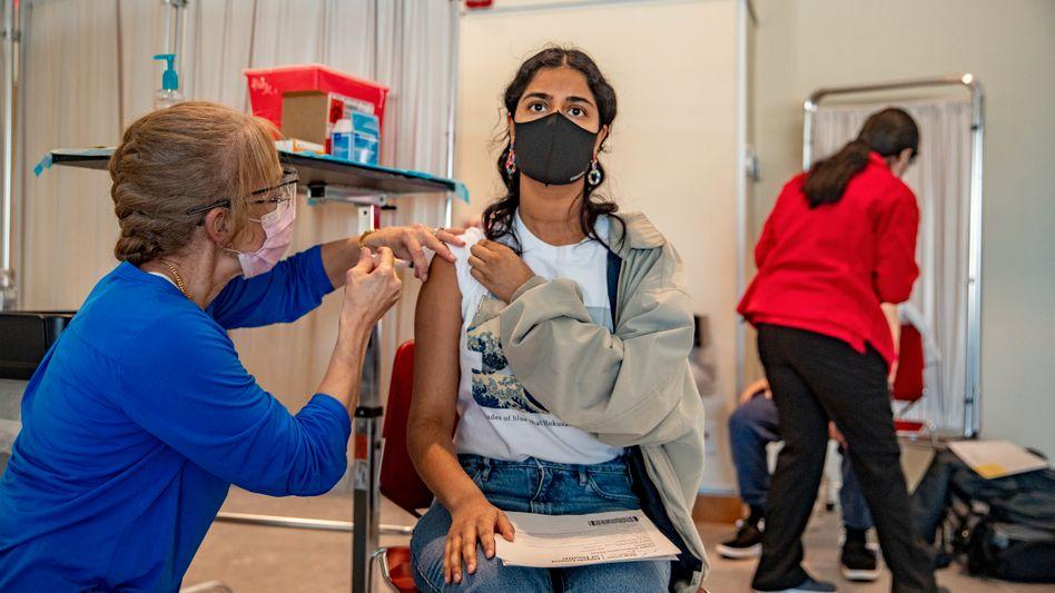 Eine Studentin lässt sich an der Stony Brook University im US-Bundesstaat New York mit dem Monderna-Impfstoff gegen das Coronavirus impfen