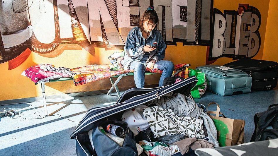 Studentin in Schlaflager auf dem Campus in Frankfurt am Main: Erst mal aufs Feldbett