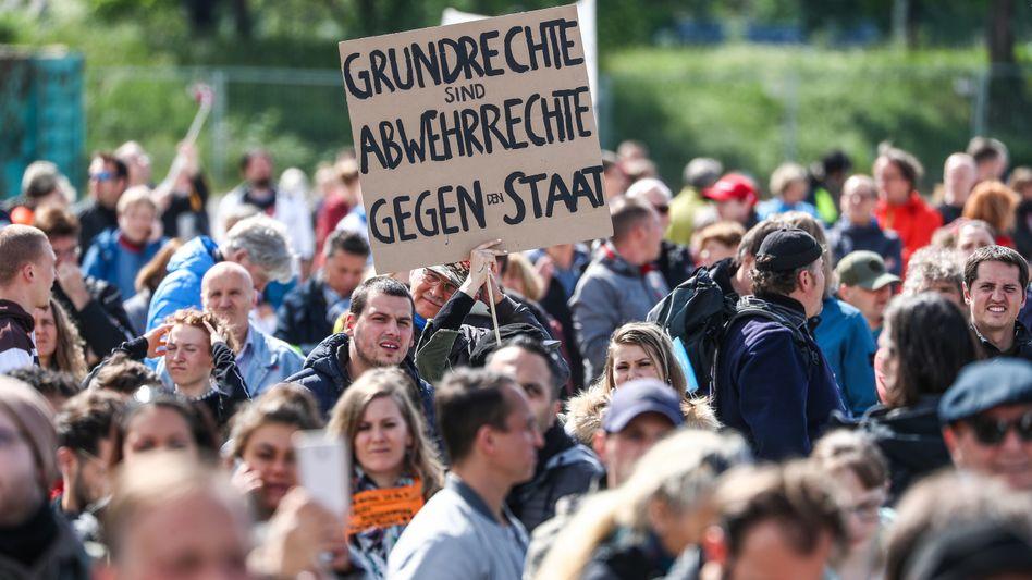 Protestkundgebung gegen die Corona-Maßnahmen in Baden-Württemberg: Immer wieder wird bei solchen Veranstaltungen auch das Tragen von Masken abgelehnt