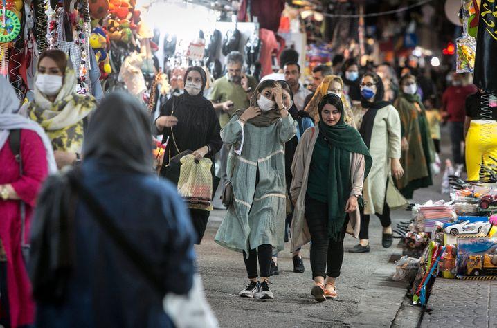 Epizentrum der Infektionen sind in Iran öffentliche Verkehrsmittel und Einkaufszentren in Großstädten. Besonders betroffen ist die Hauptstadt Teheran mit 13 Millionen Einwohnern.