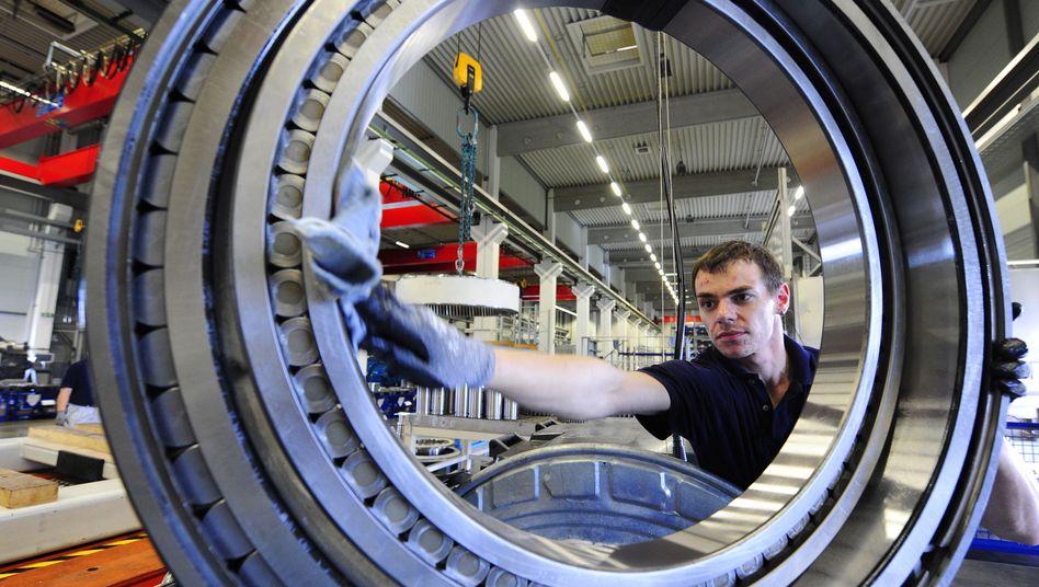 Monteur bei der Arbeit: Bei langfristigen Jobangeboten halten sich die Firmen zurück