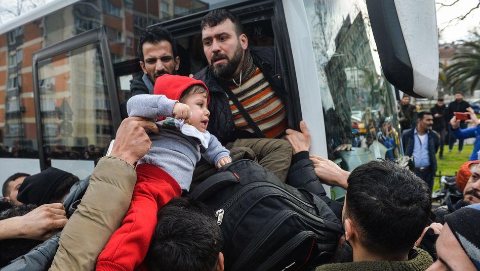 Mit Gratis-Bussen an die Grenze: Geflüchtete am Freitagmorgen in Istanbul