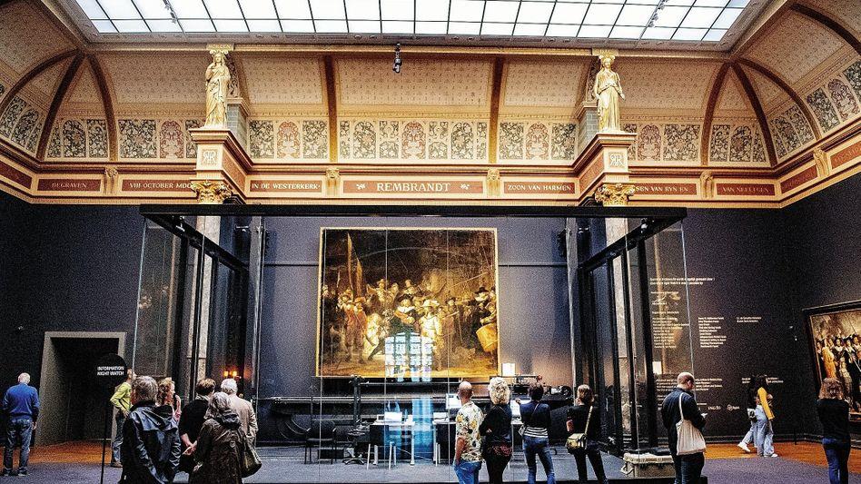 Besucher im Rijksmuseum in Amsterdam nach der Wiedereröffnung Anfang Juni:Traurig statt trubelig