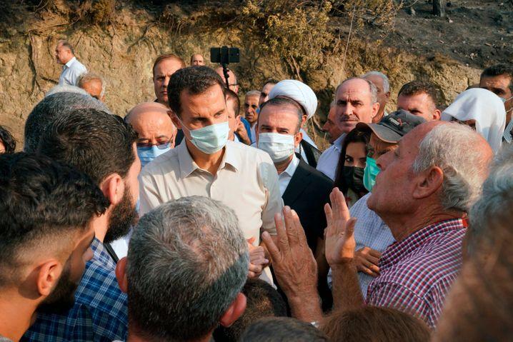Präsident Baschar al-Assad bei einem Besuch in der von Waldbränden betroffenen Provinz Latakia