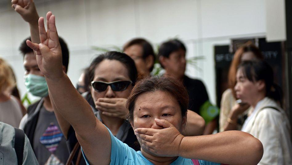 Demonstrantinnen in Thailand: Dreifinger-Salut gegen die Militärregierung