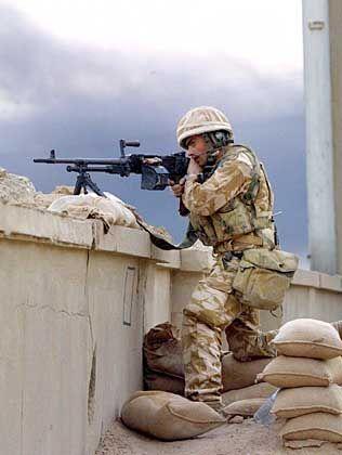 """Vorbereitung für den Häuserkampf: Ein Soldat der britischen """"Wüstenratten"""" nimmt gegnerische Verbände ins Visier"""