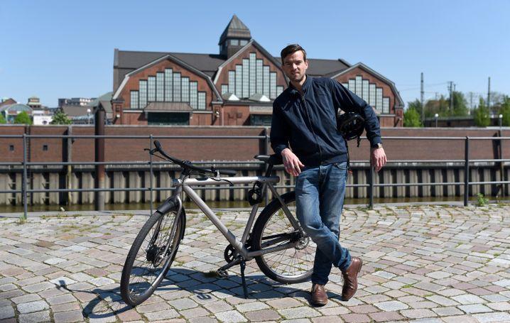 Nur unter den Arm geklemmt sieht ein Fahrradhelm pittoresk aus