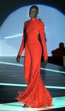 Model Alek Wek in einem roten Abendkleid von Valentino