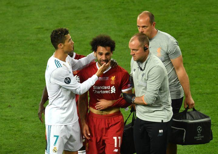Cristiano Ronaldo (l.) tröstet Mohamed Salah