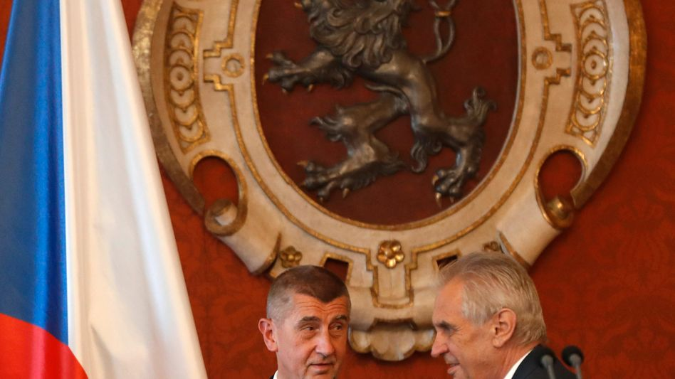 Andrej Babis (l.) stößt mit Milos Zeman an