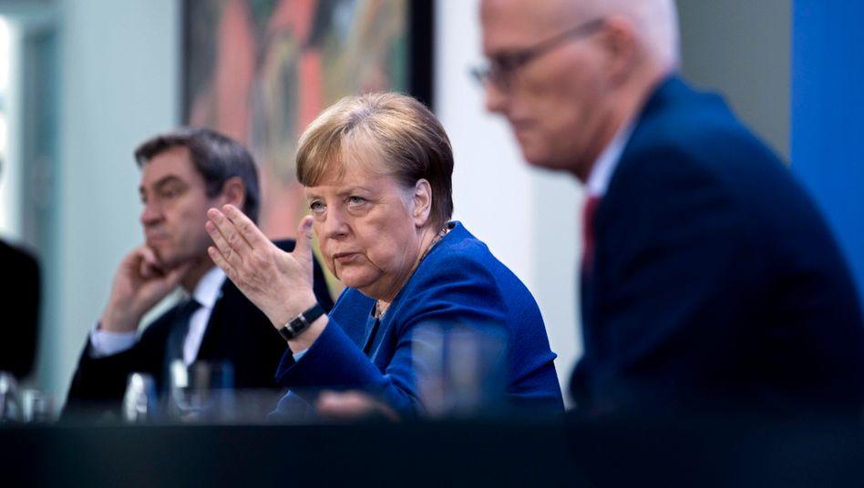 Kanzlerin Merkel mit dem bayerischen Ministerpräsidenten Söder (l.) und Hamburgs Erstem Bürgermeister Tschentscher: Wer ist der Erlöser in Zeiten des Lockdowns?