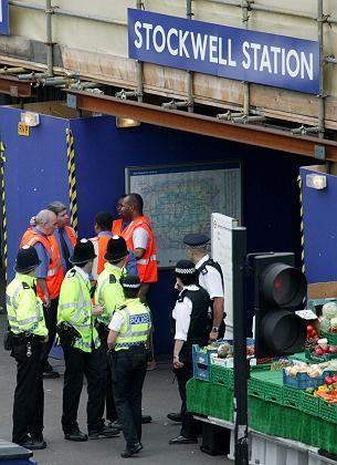 Polizisten vor der U-Bahn-Station Stockwell: Tödlicher Irrtum