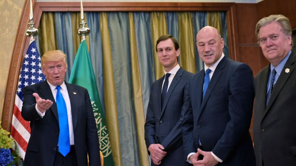 Donald Trump mit Beratern