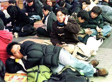 Konsolenfieber in Japan: Warten auf Playstation 2