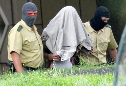 Der Terrorverdächtige Fadi A. S. wird zum Ermittlungsrichter gebracht: Im Internet suchte er nach Plänen zum Bombenbau