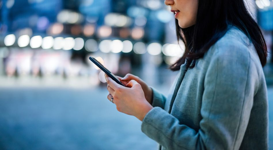 Frau mit Smartphone: In den App-Stores finden sich einige Apps zum Thema Sex
