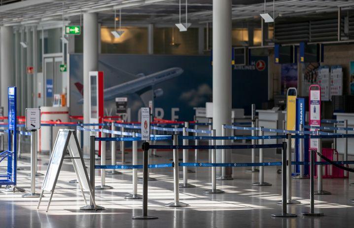 Leere Flughafenhalle: Heiko Maas dämpft Hoffnung auf Sommerurlaub
