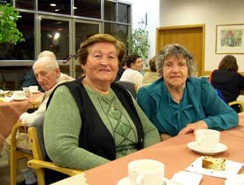 Sarah und Fela: Die Freundinnen kommen jeden Sonntag ins Café