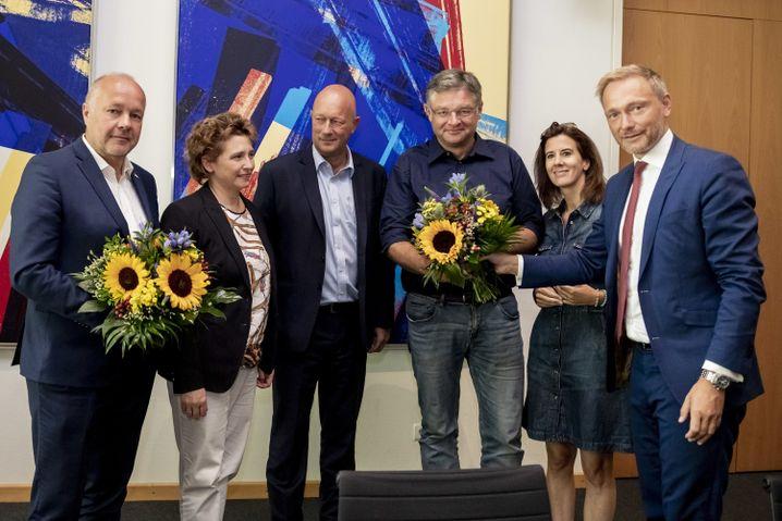 """FDP-Politiker Kemmerich (3. v. l.), Lindner und Parteifreunde nach den Landtagswahlen in Sachsen und Brandenburg: """"Also los geht's!"""""""