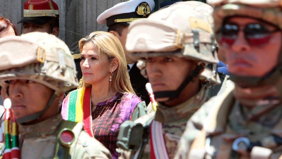 Interimspräsidentin Jeanine Añez (bei einer Zeremonie in La Paz im November 2019): Militär und Polizei mischen wieder in der Politik mit