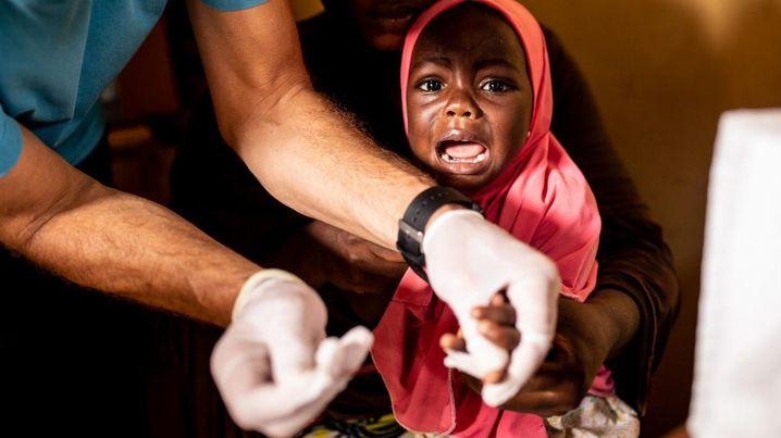 """Video (1:56) """"Sie bringen uns alle um!"""" In Nigeria nutzen Unternehmen simple Techniken, um Blei aus Fahrzeugbatterien zu recyceln. Dabei spielt der Schutz der Arbeiter und der Umwelt jedoch kaum eine Rolle. Im Dorf Ipetoro sind die Blutbleiwerte der Bewohner dramatisch hoch. Was das für die Menschen bedeutet, sehen Sie im Video."""