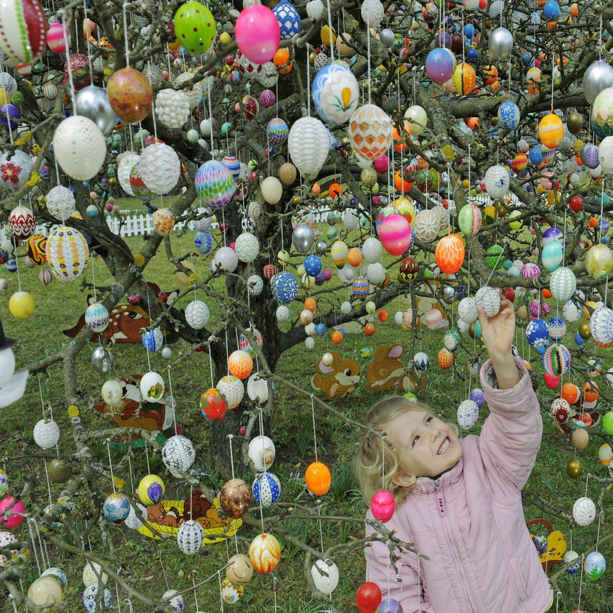 Germany's Easter Enthusiasm: Painted Eggs, Decorated Trees and Fire Wheels - DER SPIEGEL