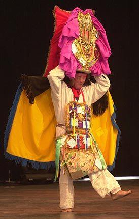 Mit einem farbenfrohen Maskentanz feiert sich Ecuador auf der Expo selbst