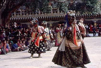 Klosterfest in Punakha: Tänzer mit holzgeschnitzten Tier- und Dämonenmasken in Trance