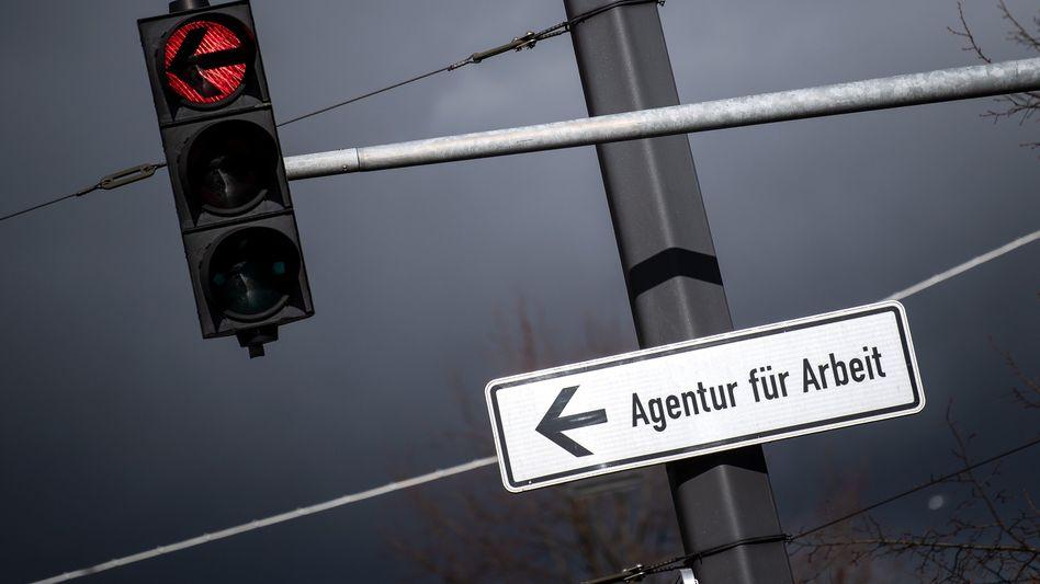 Weg zur Agentur für Arbeit: Deutlicher Anstieg der Arbeitslosen erwartet