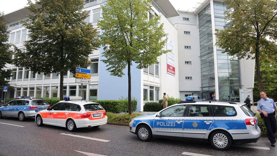 Einsatzfahrzeuge vor dem Jobcenter in Neuss: Suche nach dem Motiv des Täters