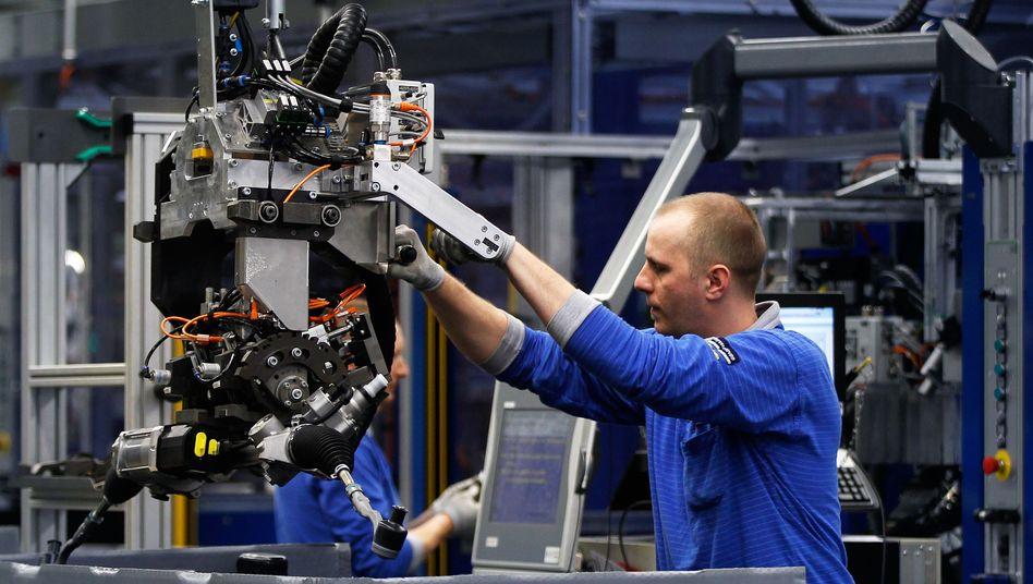 Beschäftigter bei ThyssenKrupp: Qualifizierte Arbeitskräfte als Vorteil