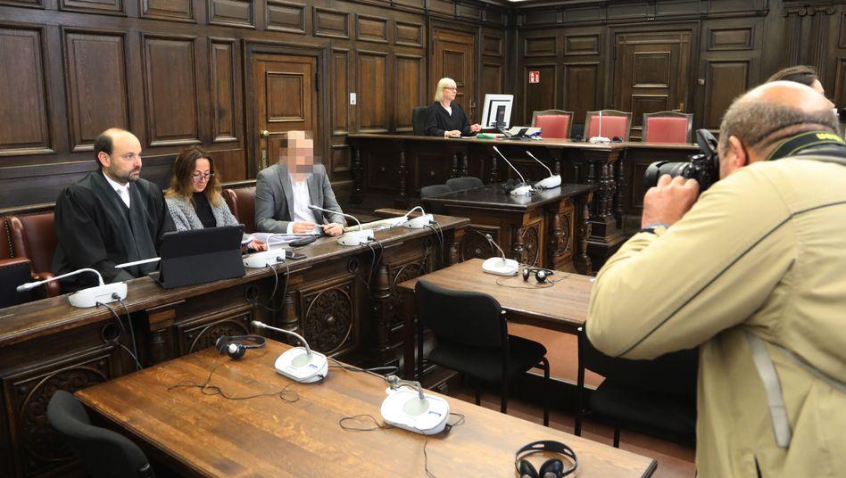 Angeklagter neben seinem Anwalt und einer Dolmetscherin