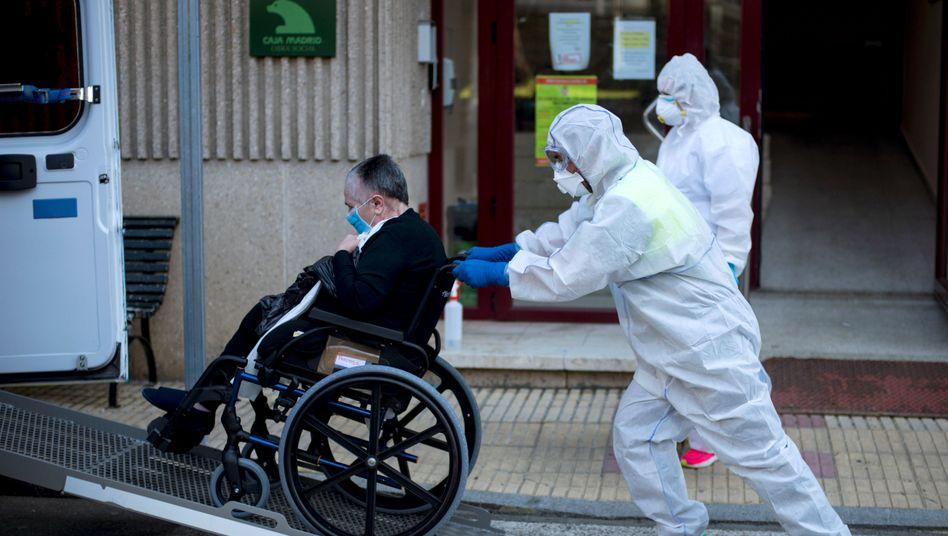 Flucht vor dem Virus: Ein älterer Mann wird von einem infizierten Heim in eines gebracht, in dem noch keine Fälle registriert wurden