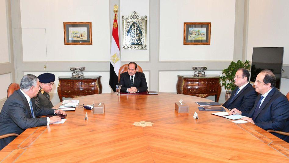 Ägyptens Staatspräsident Abdel Fattah al-Sisi mit Beratern und Militärs