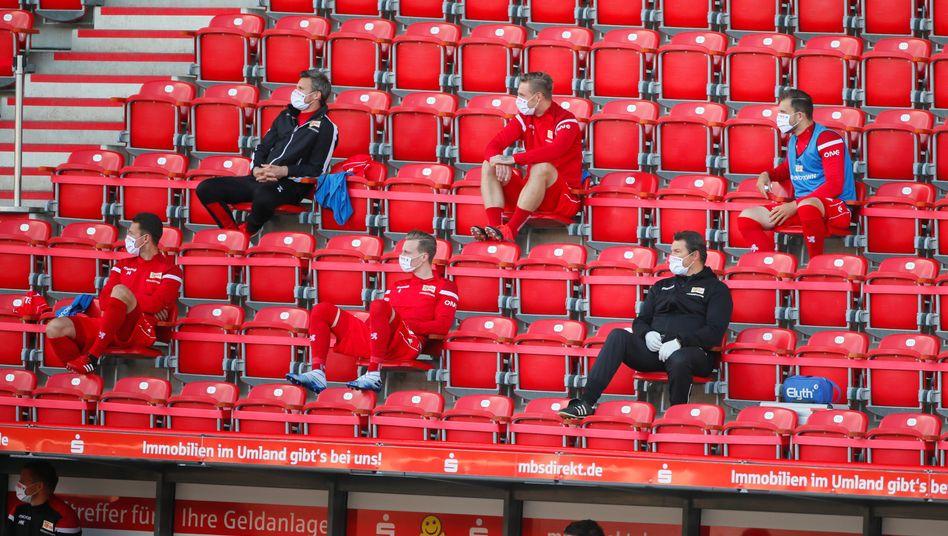 Immerhin die Ersatzspieler dürfen wohl auch künftig im Stadion Platz nehmen (wie im Mai beim Bundesliga-Spiel 1. FC Union gegen Bayern München)