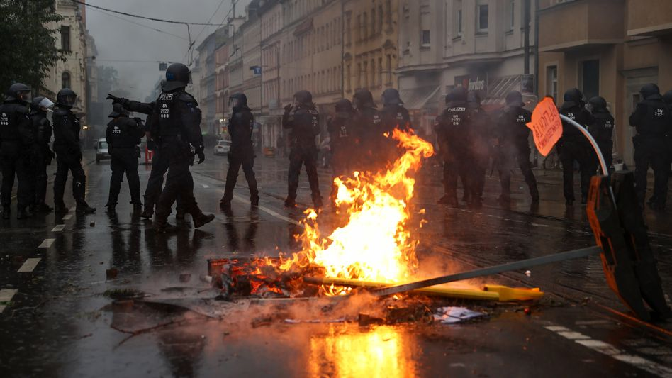 Brennende Barrikaden in Leipzig am Rande der »LinX«-Demo