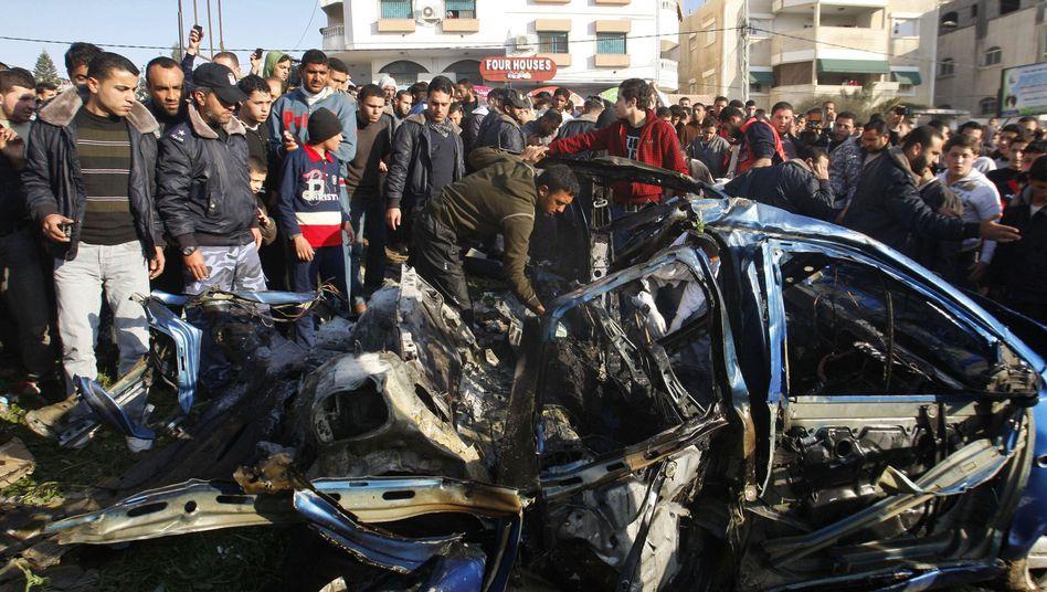 Autowrack in Gaza: Palästinenser versammeln sich nach dem Luftangriff auf der Straße