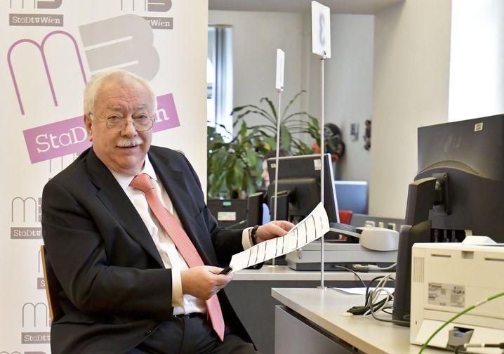 """Wiens Bürgermeister Michael Häupl bei der Unterzeichnung des Anti-Raucher-Volksbegehrens """"Don't smoke"""""""