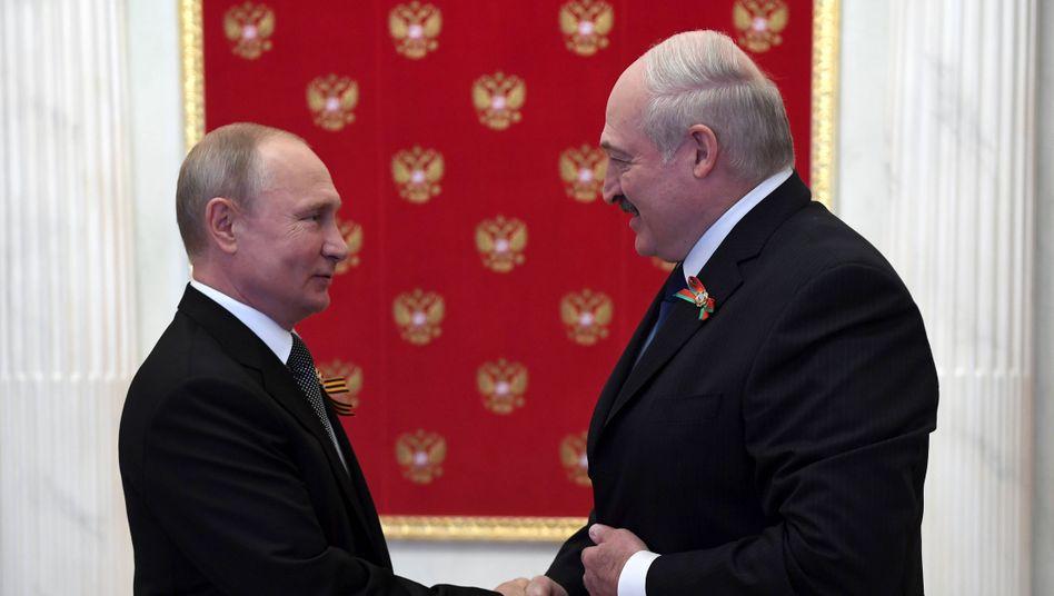 Wladimir Putin (l.) und Alexander Lukaschenko im Juni 2020