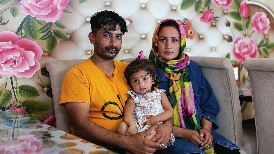 Geflüchtete Raij, Sharbat mit Tochter: Mithilfe von Schmugglern nach Istanbul geflohen