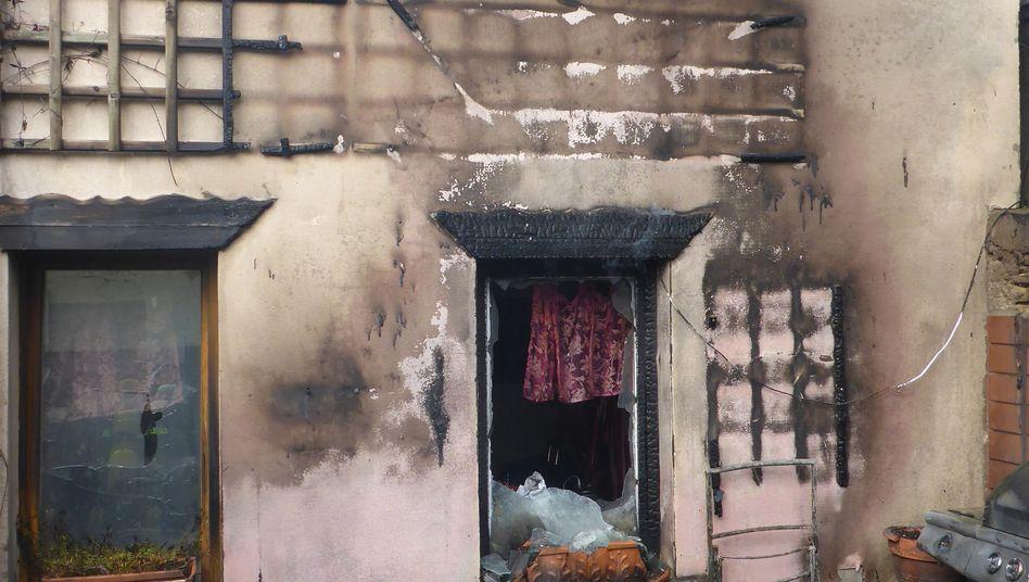Ein E-Bike-Akku ist in einem Innenhof in Brand geraten. Die Flammen griffen auf das Gebäude über
