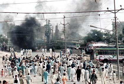 Blinder Hass: Bei einer Anti-US-Demonstation in Karachi wurde im Oktober 2001 eine Filiale von Kentucky Fried Chicken angezündet