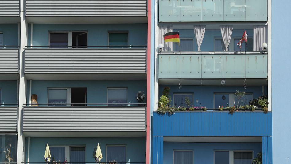 Deutschlandfahne auf Berliner Balkon