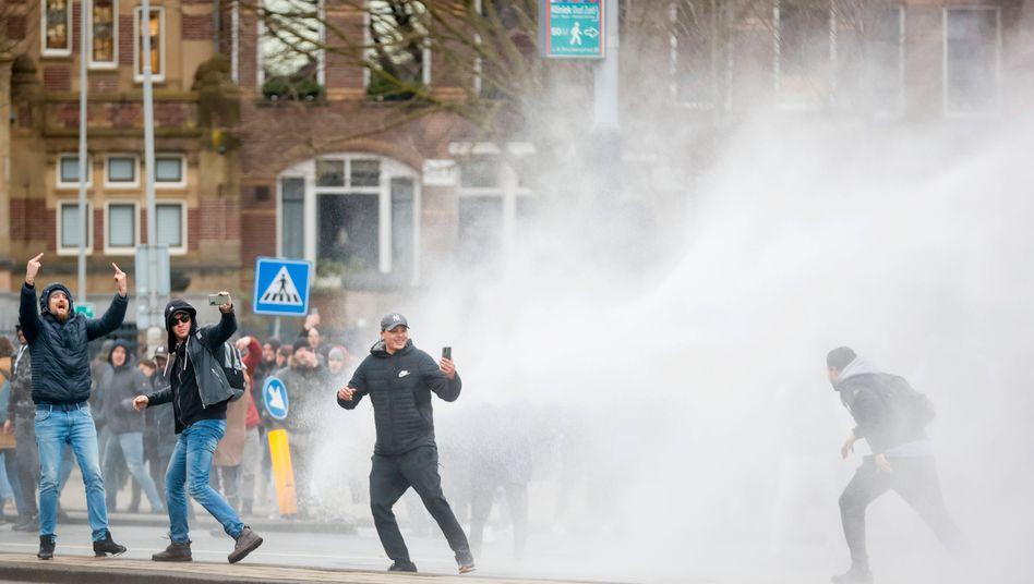 Die Polizei geht in Amsterdam mit Wasserwerfern gegen Demonstranten vor