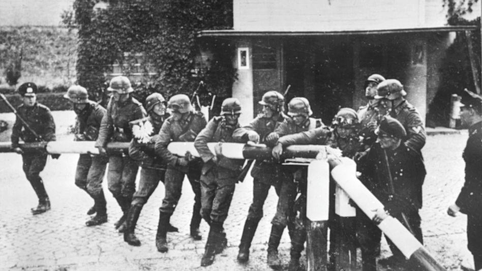 1. September 1939: Deutsche Soldaten zerbrechen einen Schlagbaum an der polnischen Grenze – so wurde der Einmarsch der Wehrmacht in Polen in einem berühmten Bild inszeniert