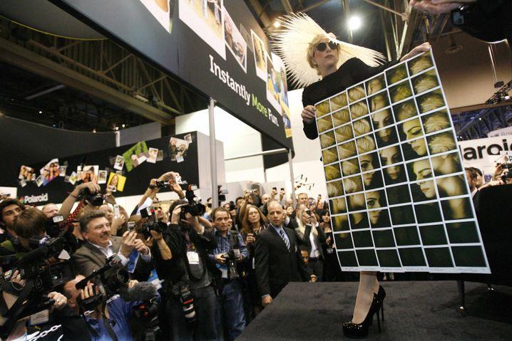 Lady Gaga: Die Musikerin wirbt auf der CES für Polaroid
