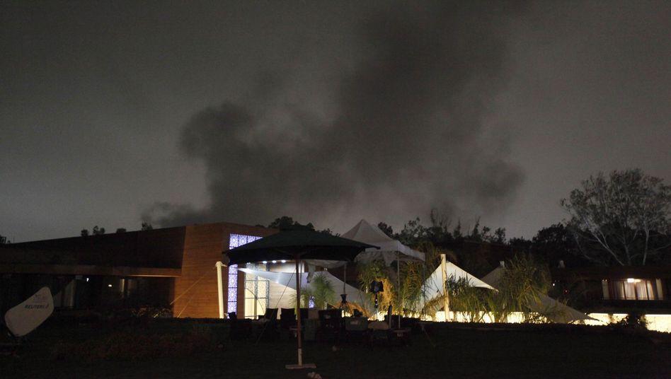 Schwarzer Rauch über Gebäude in Tripolis: Nächtliches Bombardement von Nato-Kampfjets
